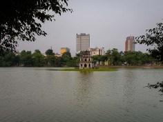 Żółwia wieża na jeziorze Hoan Kiem.