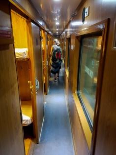 Korytarz wietnamskiego pociągu.