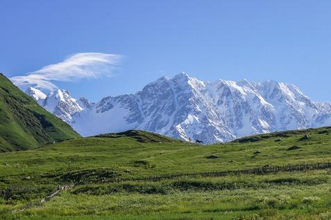 Widok na Szcharę - najwyższą górę Gruzji. Uszguli